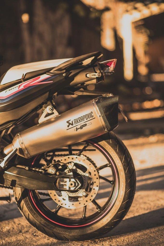 Como Un Plus La Nueva BMW F 800 R Akrapovic Trae Sistema De Iluminacion LED En Su Parte Delantera Y Trasera Una Tapa Para El Motor